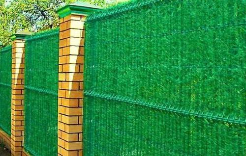 Забор из 3д сетки с искусственной хвоей