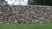 Как самостоятельно построить каменный забор