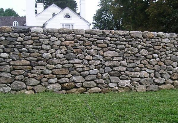 Типичный забор из природного камня