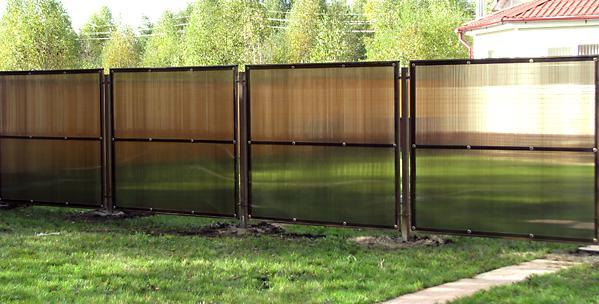 Забор из темных листов поликарбоната