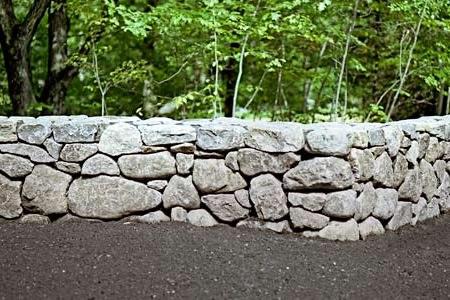 Массивный заборчик из природного камня