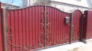 Ворота и калитки из профнастила кованными элементами