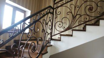 Ограждения лестниц с применением ковки