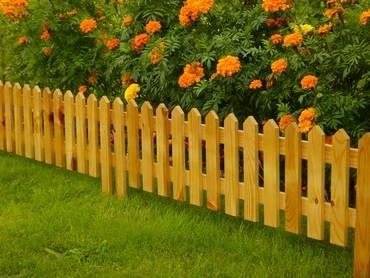 Заборчик из досок для клумбы с цветами