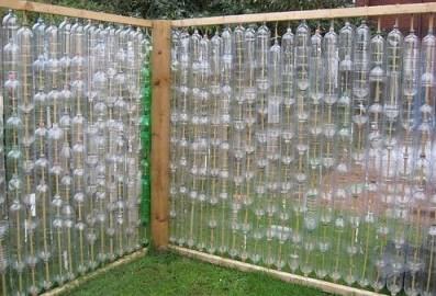 Забор из прозрачных пластиковых бутылок