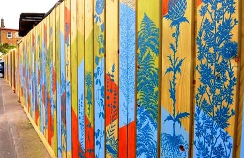 Трафаретный рисунок на заборе из дерева