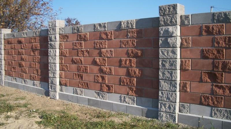 Забор из блоков рваный камень с комбинированными по цвету блоками