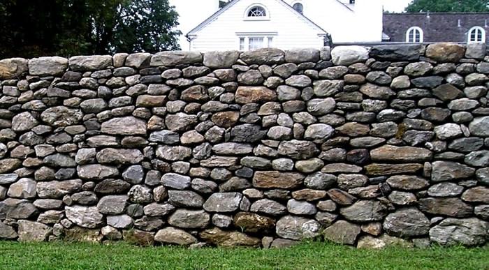 Забор из булыжников разной формы