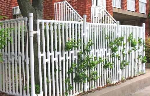 Забор из пластиковых труб белый