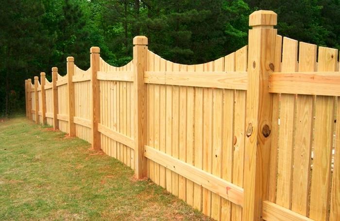Деревянный забор с фигурными декоративными деревянными столбами