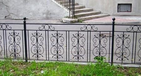 Декоративные столбы из металла на кованном заборе