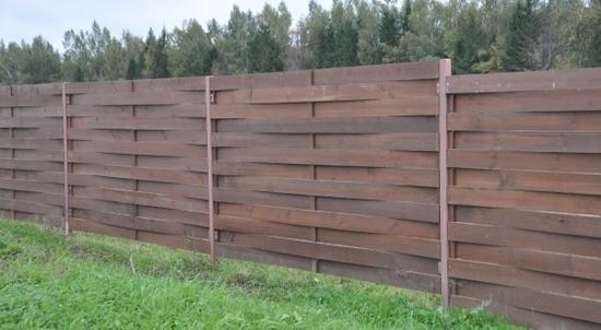 Плетеный забор из досок темного цвета
