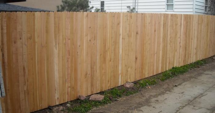 Классический сплошной забор из досок
