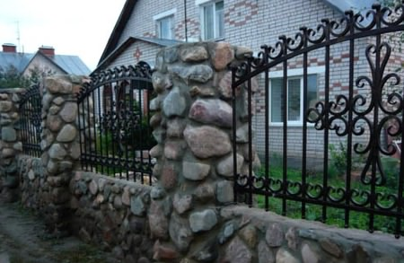 Декоративный забор со столбами из натурального камня
