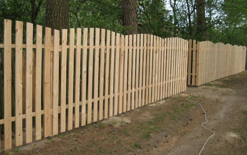 Забор из обычного деревянного штакетника без обработки