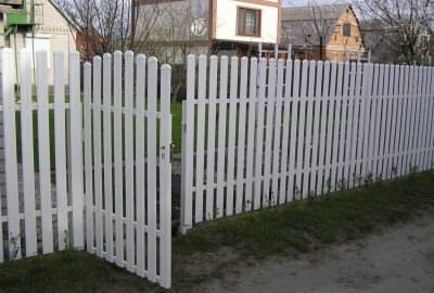 Забор из пластикового штакетника белого цвета