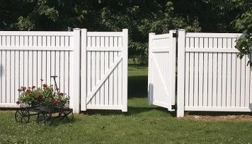 """Забор из """"пластиковых"""" досок"""