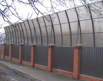Забор с шумоотражающими панелями