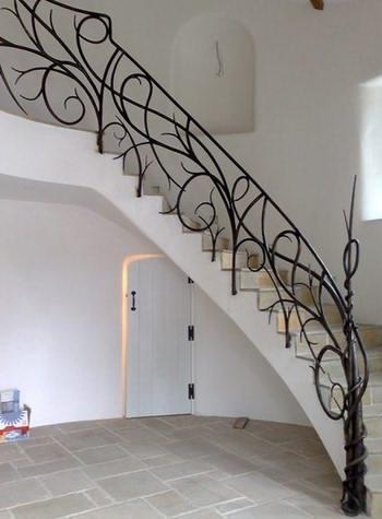Перила из ковки на бетонной лестнице