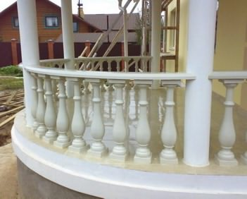 Перила из бетона на балконе