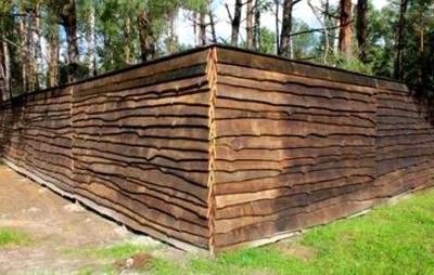 Горизонтальный забор из горбыля внахлест