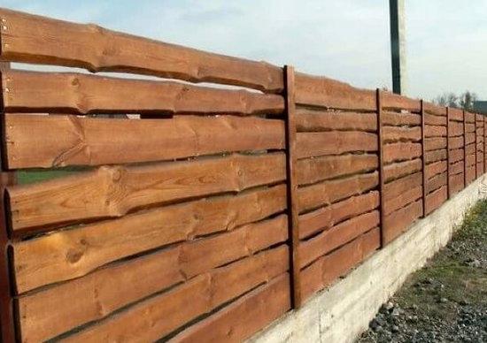 Забор из необрезной доски горизонтального типа