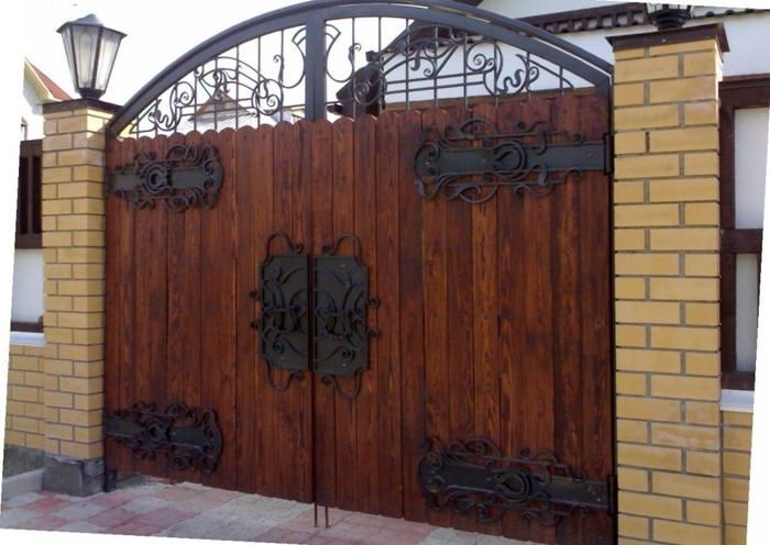 Комбинированные ковано-деревянные ворота