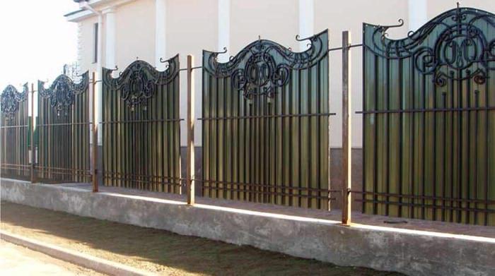 Кованный забор с поликарбонатом