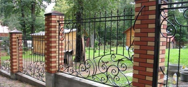 кованный забор с комбинированными по цвету столбами из кирпича