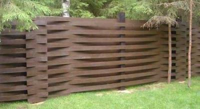 Красивый забор из дерева - плетень, покрашенная темной морилкой