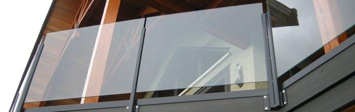 Красивые перила из стекла на балконе
