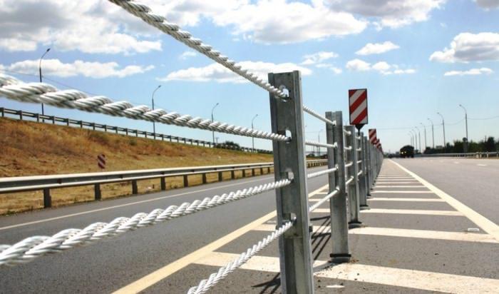 Тросовое ограждение установленное на обочине дороги