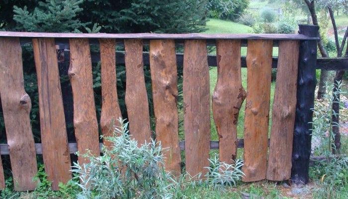 Забор вертикальный из необрезных досок