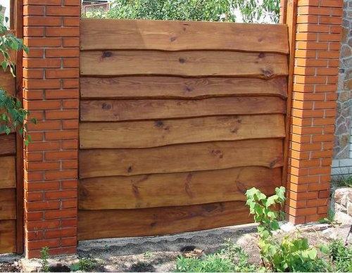Забор с кирпичными столбами и необрезной доской