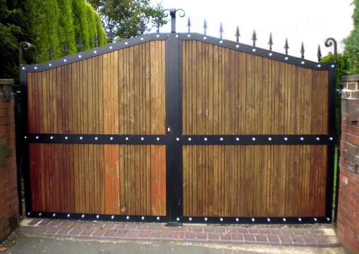 Идея деревянных ворот с ковкой