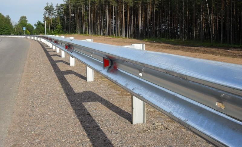 Барьерное металлическое ограждение на дороге