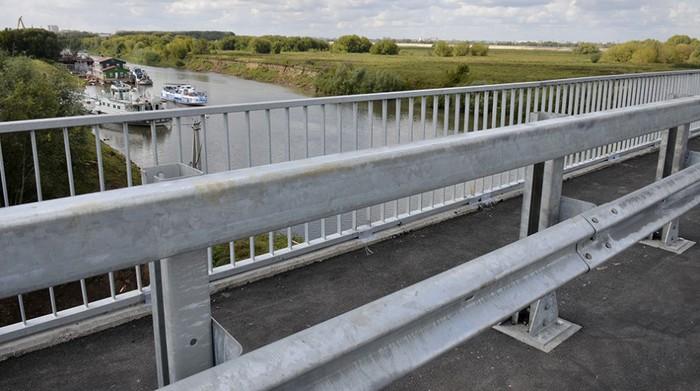 Сдвоенное металлическое дорожное ограждение на мосту
