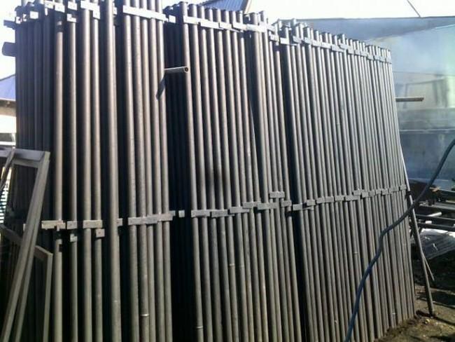 готовые заводские столбы из металлических труб с уже приваренными кронштейнами под прожилины