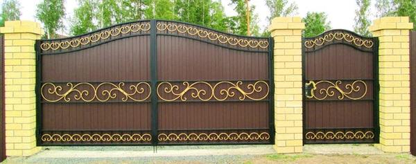 Красивые металлические ворота с элементами ковки