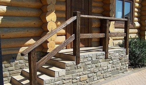 Деревянные массивные перила на крыльцо