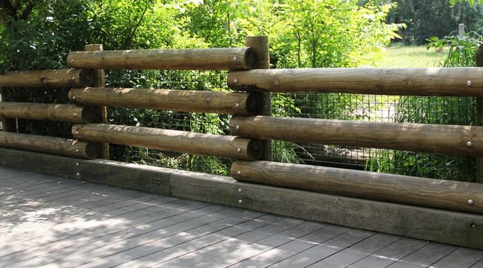 Горизонтальный забор ранчо из бревен
