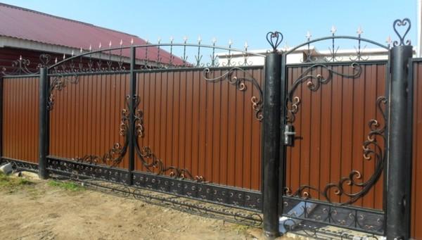 Ворота из профнастила с коваными элементами