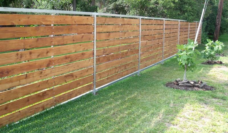 Горизонтальный деревянный забор из досок