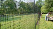 Забор из современных материалов типа пластиковой сетки рабицы (ПВХ)