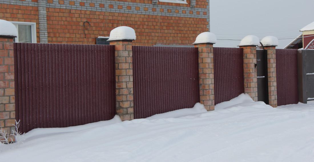 Комбинированный забор из профлиста и кирпича