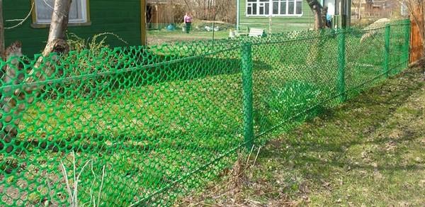 Забор из рулонной пластиковой сетки