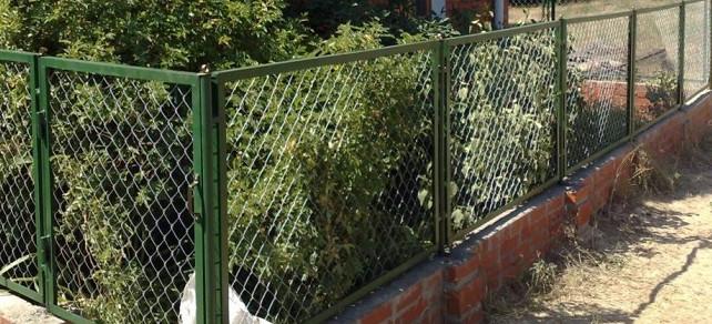 Заборчик палисадника из сетки рабицы