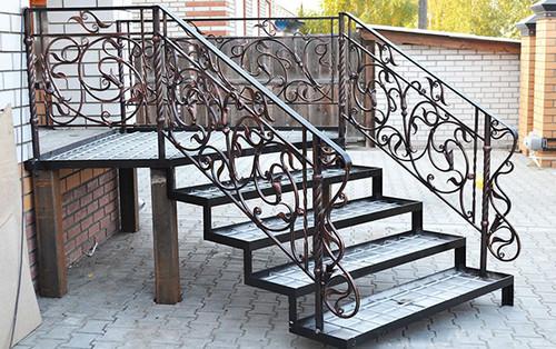 Перила из ковки на лестнице крыльца из металла