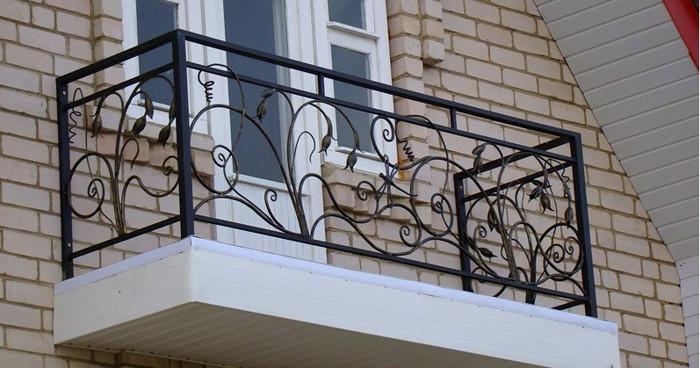 Прямые кованые перила на балконе
