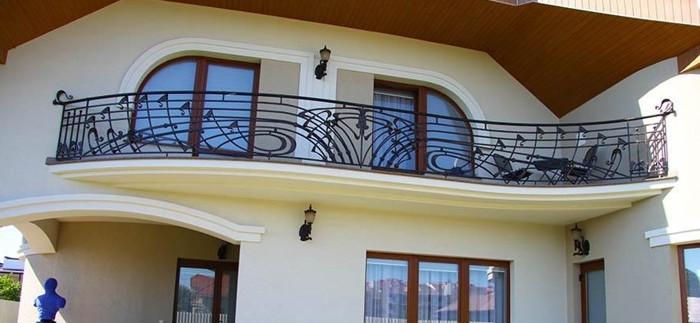 выпуклые перила балкона